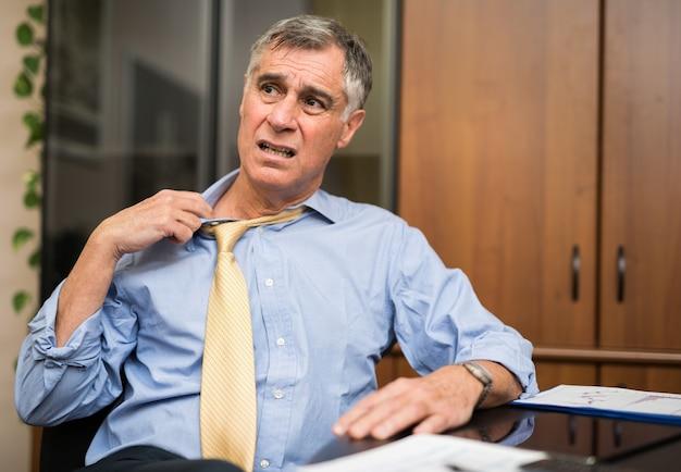 Homme d'affaires transpiration dans son bureau