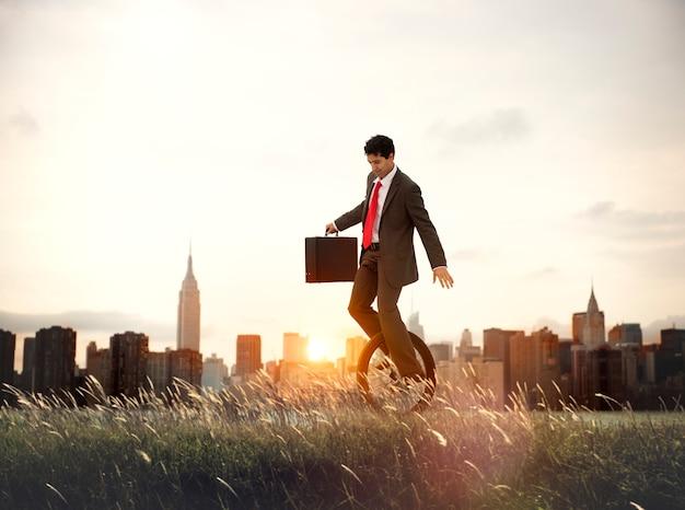 Homme d'affaires, transport, écologie, épargne, concept, lever soleil