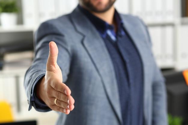 Homme d'affaires travail au bureau prêter main libre gros plan