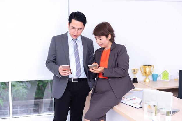 Homme d'affaires et travail d'équipe travaillant sur mobile pour un objectif commercial et réussi