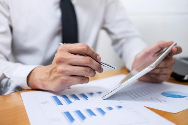 Homme affaires, travail investissement financier, sur, calculatrice, à, calculer