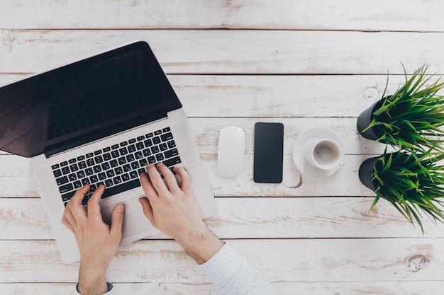 Homme affaires, travail, ordinateur portable