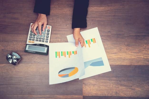 Homme d'affaires ou de travail tenant l'index sur le tableau d'informations avec contre-temps