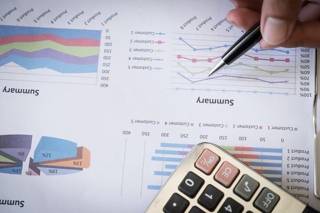 Homme d'affaires travaillant et analysant des données au bureau