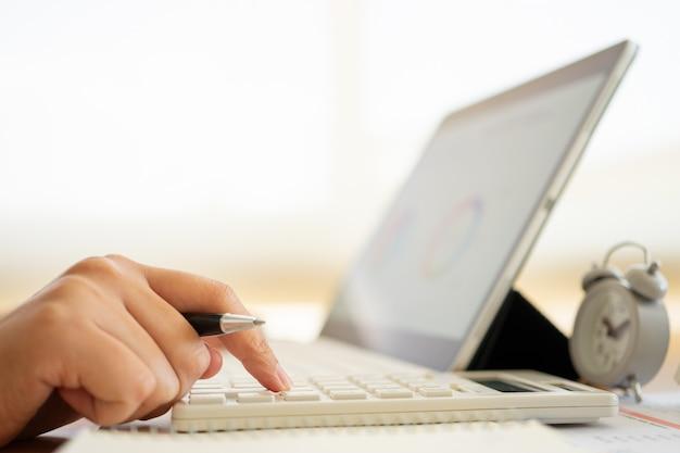 Homme d'affaires travaillant au bureau à domicile et en tapant sur le clavier