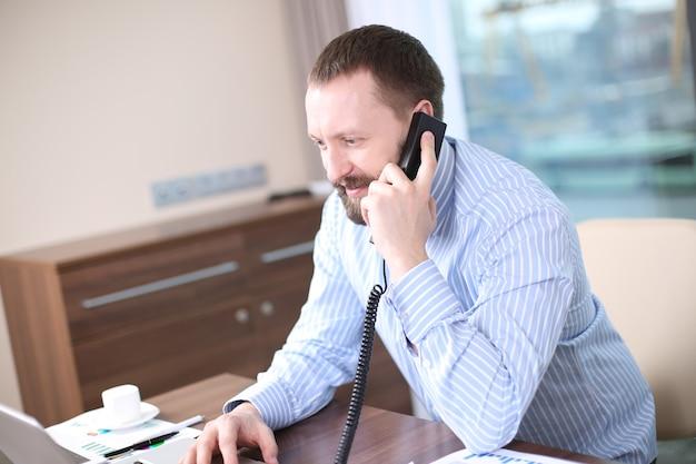 Homme d'affaires travaillant au bureau par téléphone