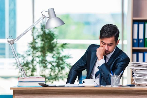 Homme d'affaires travaillant au bureau