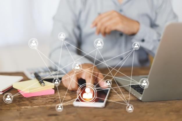 Homme d'affaires travaillant au point de doigt de bureau de table à l'écran du smartphone, partenaire commercial de connexion réseau de personnes.