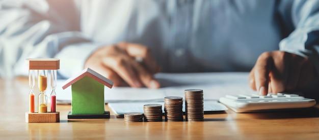 Homme d'affaires travaillant sur le bureau avec l'aide d'une calculatrice pour calculer le concept de comptabilité financière