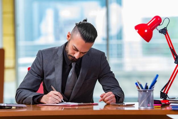 Homme d'affaires travaillant à ce bureau