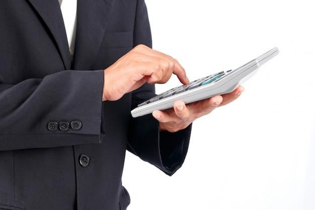 Homme d'affaires travaillant avec une calculatrice