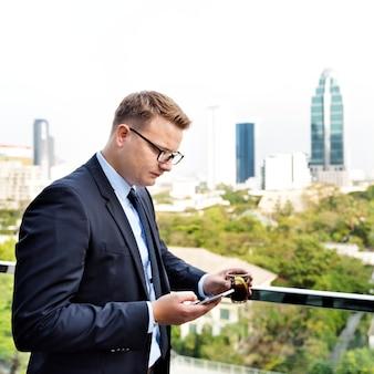 Homme d'affaires travaillant en connectant le concept de téléphone intelligent