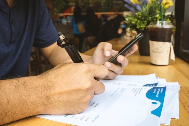 Homme d'affaires travaillant dans un café avec soft-focus et plus de lumière