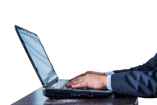 Homme d'affaires travaillant dans un cahier sur une table en bois