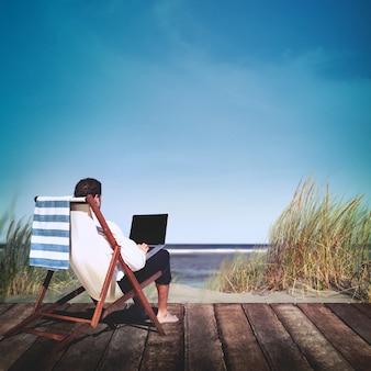 Homme d'affaires travaillant depuis une plage