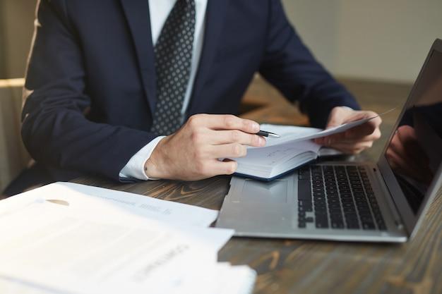 Homme d'affaires travaillant avec de la documentation sur le lieu de travail