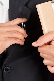 Homme d'affaires travaillant avec des documents, contrat d'inscription