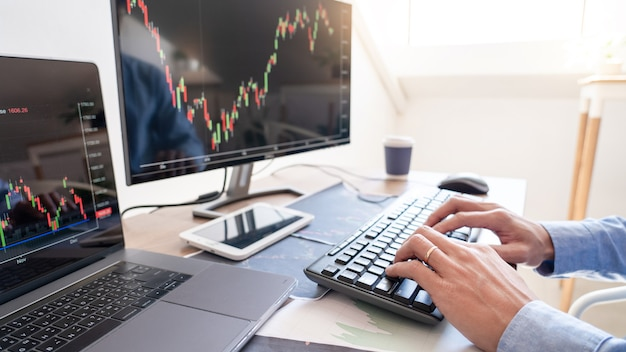 Homme d'affaires travaillant, équipe de courtier ou de commerçants parlant de marché boursier