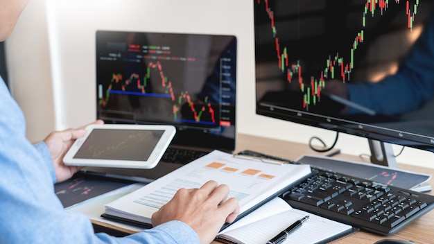 Homme d'affaires travaillant, équipe de courtiers ou de commerçants parlant de forex sur plusieurs écrans d'ordinateur