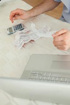 Homme d'affaires travaillant sur des factures