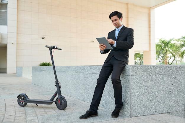 Homme d'affaires travaillant en ligne à l'extérieur