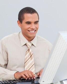 Homme d'affaires travaillant avec un ordinateur au bureau