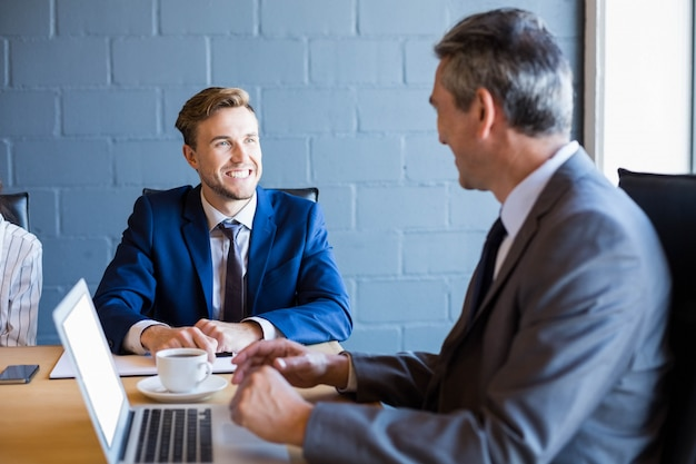 Homme d'affaires travaillant sur un ordinateur portable dans une salle de conférence lors d'une réunion au bureau