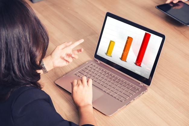 Homme d'affaires travaillant avec un ordinateur portable dans la salle de séminaire