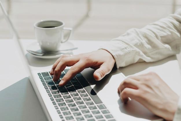 Homme d'affaires travaillant sur un ordinateur portable pour le projet.