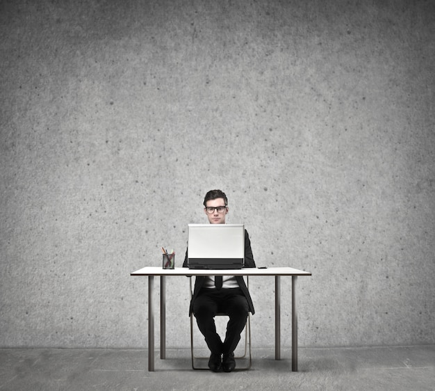 Homme d'affaires travaillant sur un ordinateur portable