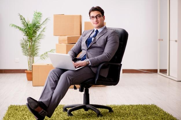 Homme d'affaires travaillant sur son ordinateur portable