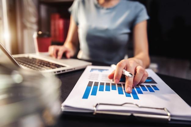 Homme d'affaires travaillant avec une tablette numérique et un téléphone intelligent avec effet de couche de stratégie d'entreprise financière sur le bureau à la lumière du matin