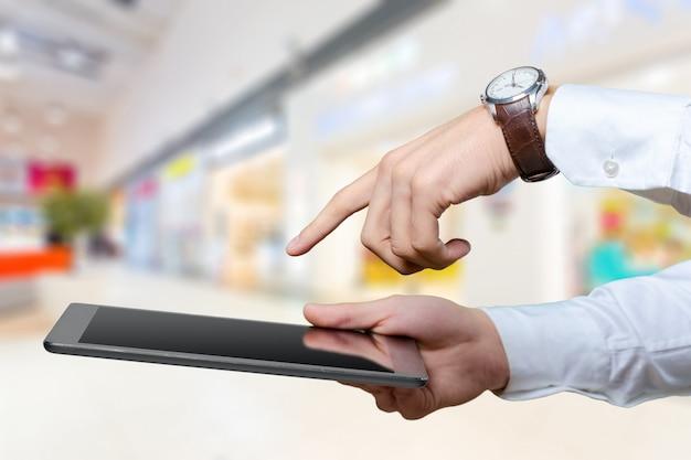 Homme d'affaires travaillant sur tablette numérique