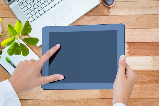 Homme d'affaires travaillant avec la tablette
