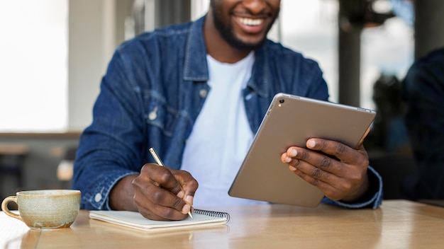 Homme d'affaires travaillant sur tablette