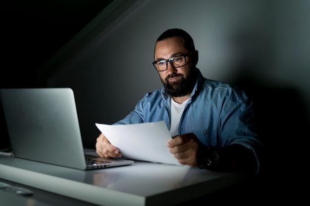 Homme d'affaires travaillant tard