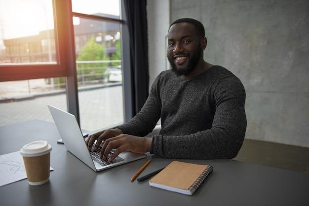 Homme d'affaires travaille au bureau avec un ordinateur portable. concept de partage internet et de démarrage d'entreprise