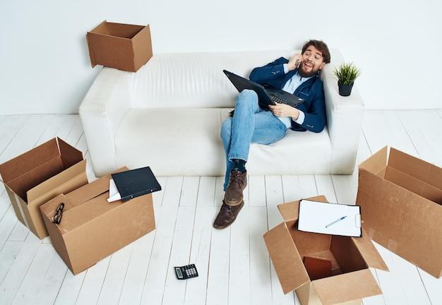 Homme d & # 39; affaires travaille des boîtes de bureau avec des choses officielles