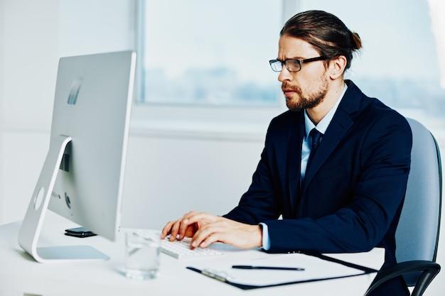 Un homme d'affaires travaille devant un mode de vie de documents informatiques