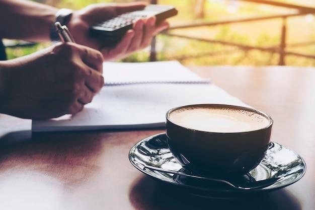 Homme d'affaires travaille avec son ordinateur dans un café