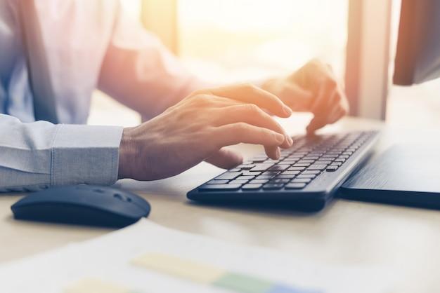 Homme affaires, travailler, clavier, et, souris, ordinateur, homme, séance table, et, utilisation, internet, technologie, sur, lieu de travail, dans, bureau, -, grand plan, de, taper, mâle, main, clavier, concept