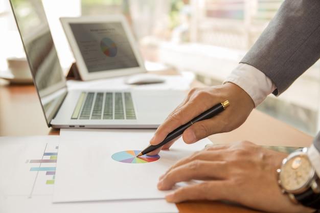 Homme affaires, travailler, financier, plan, ordinateur portable, table