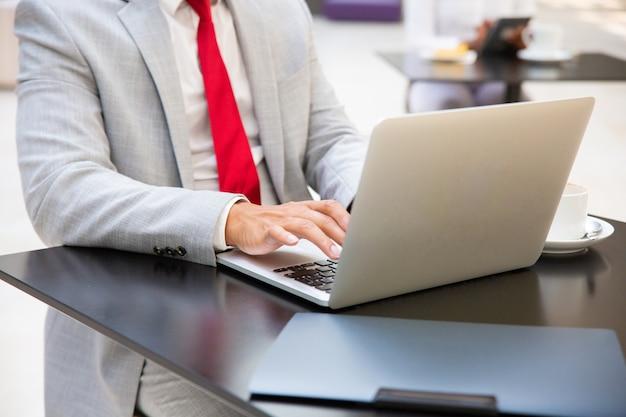 Homme affaires, travailler, ordinateur portable, dans, café