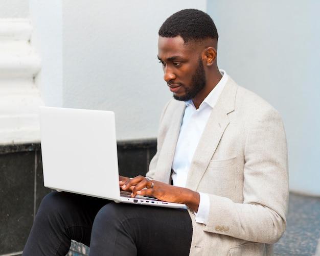 Homme affaires, travailler, ordinateur portable