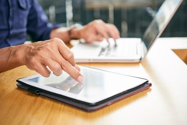 Homme affaires, travailler, tablette