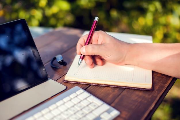 Homme affaires, travaux, ordinateur portable, enregistrement, carnet, extérieur