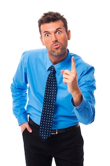 Homme d'affaires très en colère vous menace