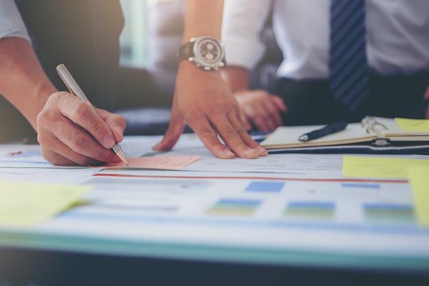 Homme d'affaires utilisant le geste de la main tout en expliquant le plan d'affaires et la discussion lors de la réunion