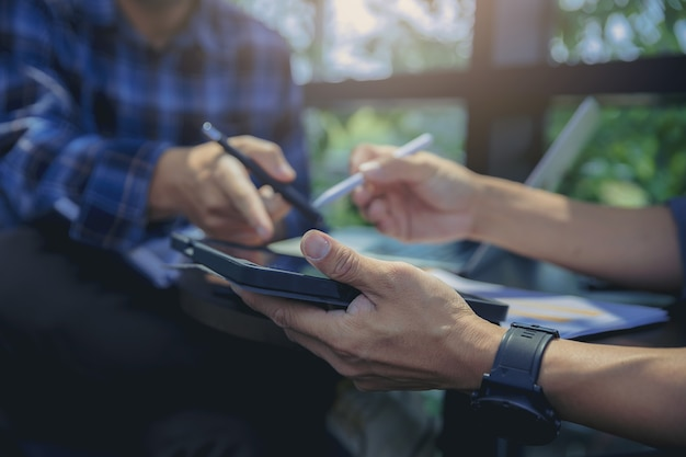 Homme d'affaires utilisant le geste de la main tout en expliquant le rapport d'activité et la discussion lors de la réunion