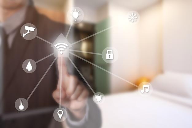 Homme d'affaires utilisant la maison intelligente assistant intelligent par écran tactile et système d'accueil intelligent par réseau wifi.